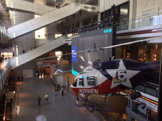 Um helicóptero de reportagem no museu